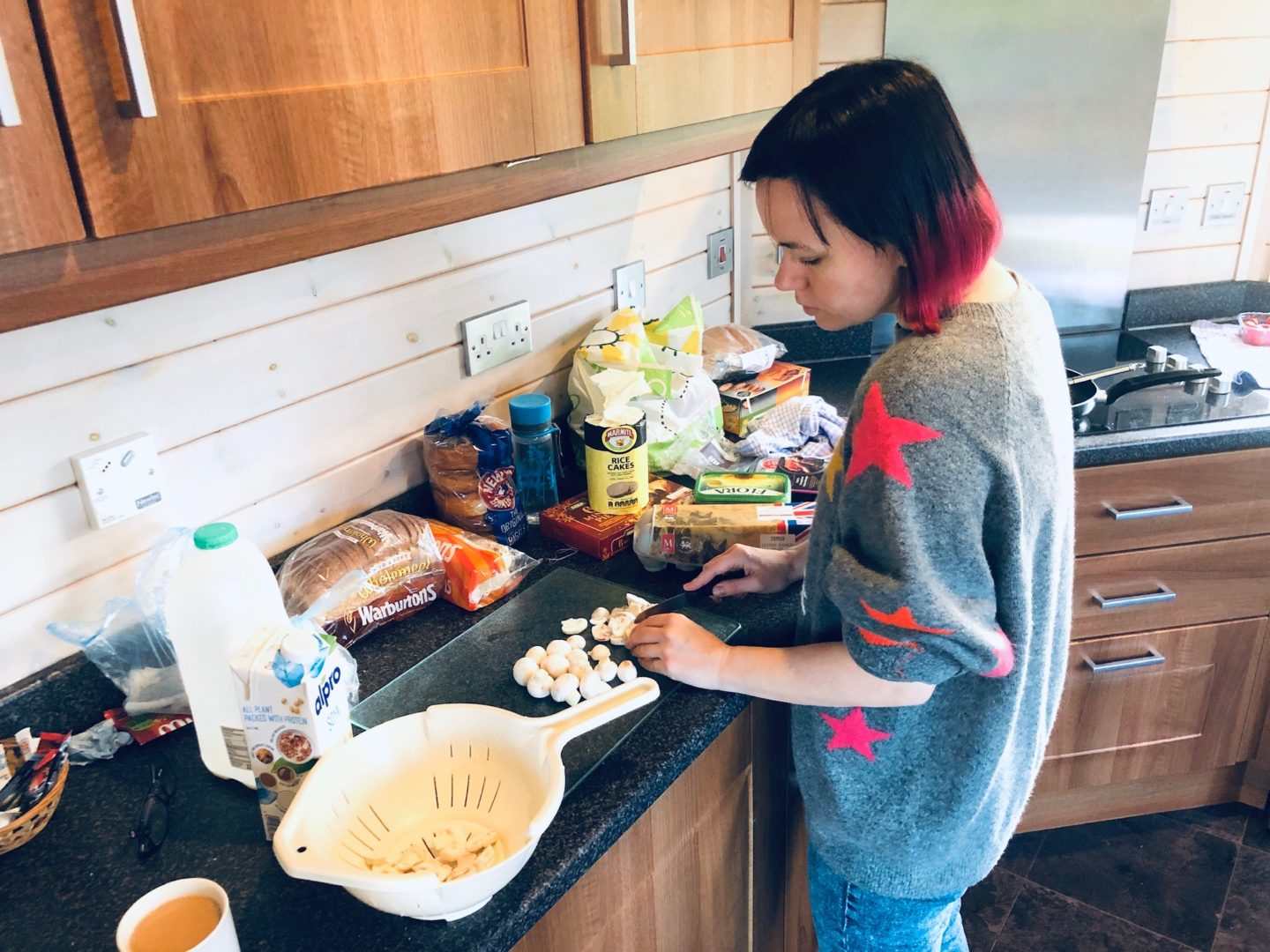 AD: Landal Sandybrook Peak District family review - a relaxing autumnal long weekend break. Making breakfast in the lodge kitchen.