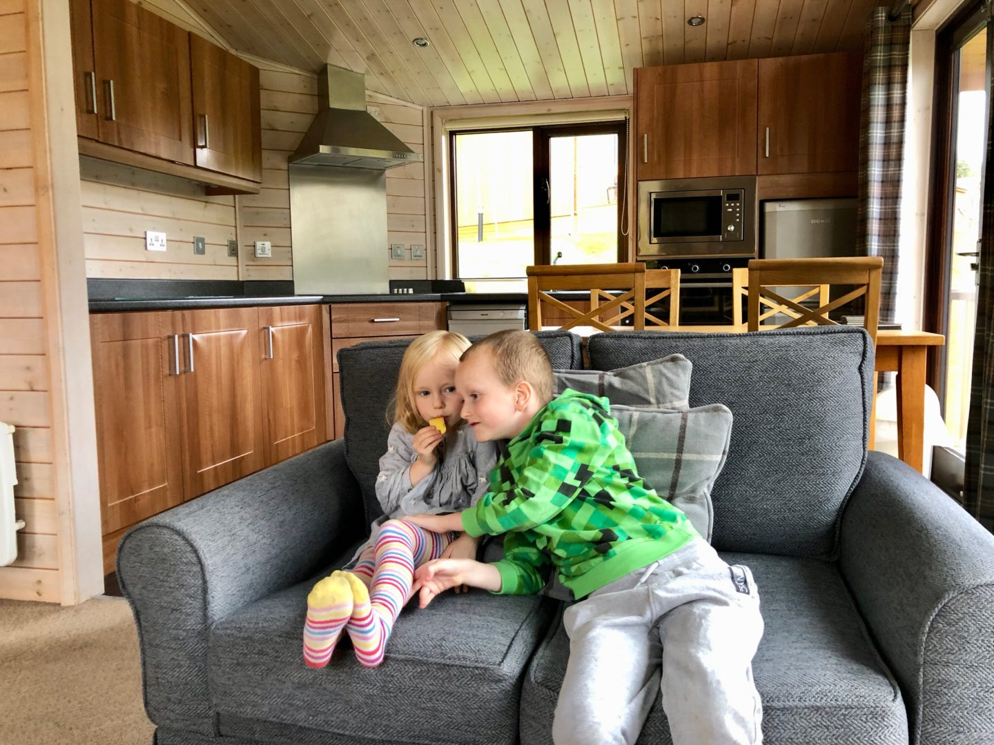 AD: Landal Sandybrook Peak District family review - a relaxing autumnal long weekend break. The kids getting acquainted with the classic Vogue Lodge.