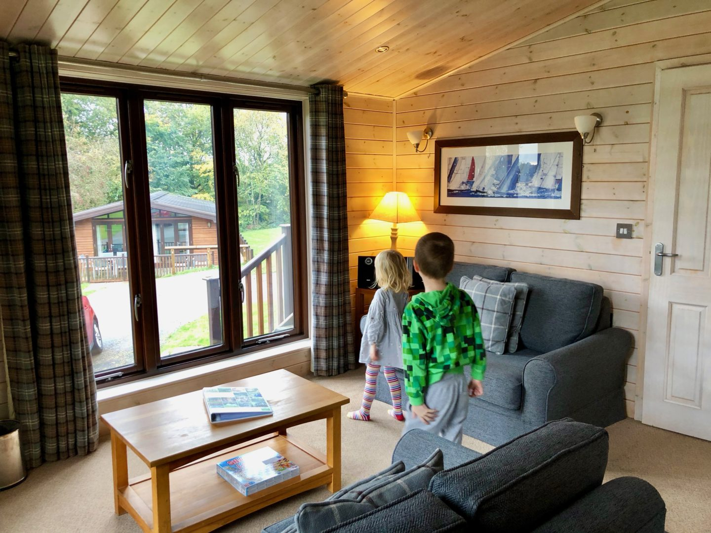 AD: Landal Sandybrook Peak District family review - a relaxing autumnal long weekend break. Kids look round the classic vogue lodge.