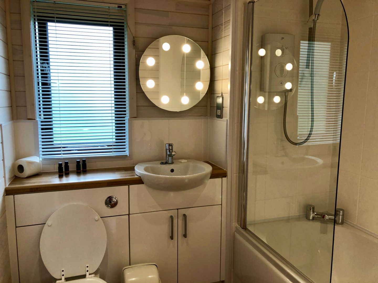 AD: Landal Sandybrook Peak District family review - a relaxing autumnal long weekend break. Classic vogue lodge bathroom.